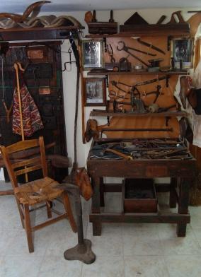 ΤΟ ΤΡΑΠΕΖΑΚΙ ΤΟΥ ΠΑΠΟΥΤΣΑΔΙΚΟΥ ΜΕ ΤΑ ΕΡΓΑΛΕΙΑ- Από το οικογενειακό παραδοσιακό μουσείο